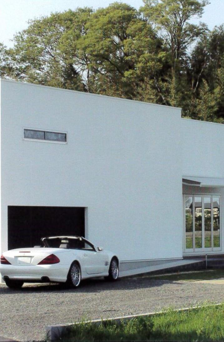 美術館のような白壁の平屋